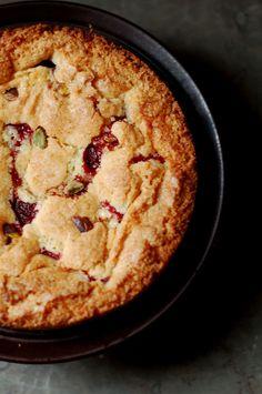 PISTACHIO LIGONBERRY CAKE [blogg.amelia] Quick Bread Recipes, Easy Cake Recipes, Brownie Recipes, Quick Meals, Baking Recipes, Great Recipes, Dessert Recipes, Lingonberry Recipes, Desert Recipes
