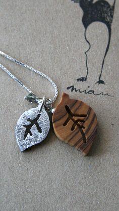 Jedes kleine Blatt ist aus einem wunderschön gemaserten Edelholz. Das kleine Blatt ist auf einer Seite mit Blattsilber versilbert. Alle Anhänger si...