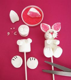 Cute Easy Treat to make with the kids Dollhouse Bake Shoppe: Easter Bunny Marshmallow Pops Hoppy Easter, Easter Eggs, Easter Food, Diy Ostern, Marshmallow Pops, Easter Activities, Easter Holidays, School Holidays, Easter Party