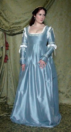 View of wha my underdress will look like and sleeve option Italian Renaissance Dress, Renaissance Fair Costume, Victorian Costume, Renaissance Costume, Renaissance Dresses, Renaissance Fashion, Medieval Dress, Old Dresses, Simple Dresses