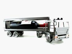 Cadeau beeldje, Vrachtwagen Wijnfleshouder Product.nr.: HK0850 Deze mooie vrachtwagen beeldjes zullen zeker mooi staan, waar u ze ook neer zet. De ontvanger zal dit cadeau zeker waarderen. Maten (h/b/d) in cm ca: 14 x 46 x 9 (exclusief wijnfles)