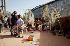 Musicisti suonano davanti ai Giardini del Vento
