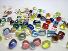 bolinhas de vidro utilizados para confecção de Mosaicos ,Bijuterias e/ou outras aplicações decorativas e artesanais Pacotes de 50 G  coloridas R$4,90