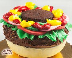 МК торт Hamburger cake tutorial - Мастер-классы по украшению тортов Cake Decorating Tutorials (How To's) Tortas Paso a Paso Just Cakes, Cakes And More, Burger Torte, Köstliche Desserts, Delicious Desserts, Hamburger Cake, Hamburger Party, Cheeseburger Cake, Gravity Cake