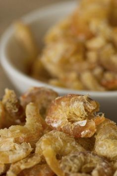 Bereiden:Voor de garnaaltoast: Laat de garnaalkopjes 2 uur drogen op 80 graden. Schil de aardappelen, kook ze gaar en mix ze tot een homogene massa samen met een klontje boter en een scheutje melk. Strijk een laagje van de puree uit op een bakpapiertje en bestrooi met een handje gedroogde garnalenkoppen. Zet 30 minuten in een voorverwarmde oven van 160 graden. Voor de garnaalmayonaise: