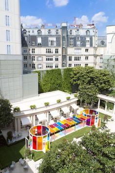 """Instalación """"Une Pause Coloreé"""" en el hotel Le Bristol, Paris, Francia, verano 2017 - Daniel Buren"""