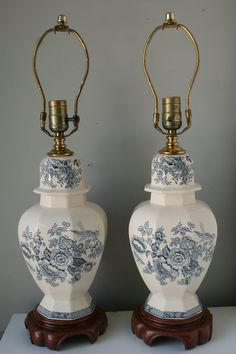 Pair of Blue and White Chinoiserie Ceramic and Brass Lamps in Stunning Condition. Lamparas. Birds. Vintage Lamps.