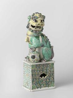 Hond van Fo, Onbekend. 1700 - 1725,(verwacht) China, Porselein. Rijksmuseum.   Ik vind het opmerkelijk dat het de hond van Fo heet. Ik , opgegroeid met de cultuur, zie dat dit een Tijger is. Ook om dat er letterlijk tijger op zijn voorhoofd staat ( Wáng (王))en een gelijkvormig beeldje als waker voor mensen hun huis staan. Tijgers zijn sterk en gebruiken die kracht om het goede te beschermen tegen het kwade. Ik denk dat het element van groen is toegevoegd voor Vruchtbaarheid en welvaard