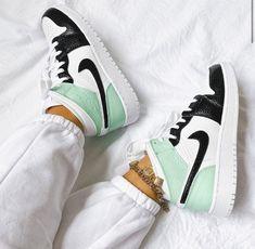 Sneakers Mode, Cute Sneakers, Girls Sneakers, Sneakers Fashion, Air Jordan Sneakers, Jordans Sneakers, Cute Nike Shoes, Nike Air Shoes, Jordan Shoes Girls