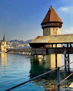 Kapellbrücke es un puente que atraviesa el río Reuss en la ciudad de Lucerna. En español significa puente de la capilla. . . . . . . . . . #lucerna #puente #arquitectura #rioreuss #suiza #historia #naturaleza #arte #diseño #paisaje #architecture #photography #travel #construction #bridge #zurich #roadtrip #travelgram #nature #exterior #design