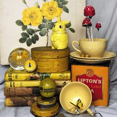 Day 1 #7vignettes  #Yellow inspiration from Argentina, @interiorsaddict @mr_jason_grant  #FleaMarketFind #Vintage #VintageFigurine #Treasure #Collectibles #Vignettes #Vignette #Deco #Interior #Decoración #Goebel #GoebelFigurine #OldBooks#TinsColletion #OldTins
