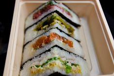 Онигиразу относительно недавнее кулинарное изобретение. Это смесь классического онигири (треугольника из риса с несладкой начинкой) и обычного сэндвича. Очень сытный и удобный вариант для перекуса вне дома. Читать далее: http://kareliyanews.ru/kak-prigotovit-sushi-sendvich-onigirazu/