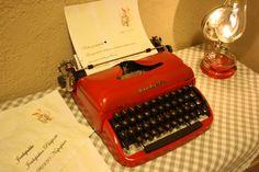 Vanaha kirjoituskone sai jouluisen värin lahjatoiveiden kirjoitteluun, idean löysin täältä pinterestistä