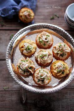 Mini tarte de mamaliga cu crema de naut. Aperitiv de Craciun cu mini tarte de mamaliga si crema de naut Sun Food. Reteta tarte mamaliga.