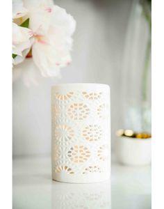 Brûle parfum Lofoten en porcelaine blanche. Ajouré de motifs géométriques.