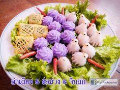 """แนะนำอาหารว่างแบบไทยไทย #ล่าเตียง #ช่อม่วง #ขนมจีบนก A beautiful set of traditional Thai appetizer """"La Tieng"""" (omelette with minced pork), """"Chor Muang"""" (flower-shaped pork dumpling) and """"Kanom Jeep Nok"""" (bird-shaped chicken dumpling) Thai Appetizer, Appetizers, Thai Recipes, Asian Recipes, Dumpling, Dessert Recipes, Desserts, Cabbage, Vegetables"""