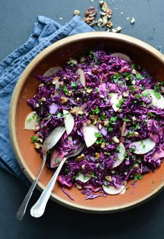 Red christmas salad // cabbage salad with cranberry dressing