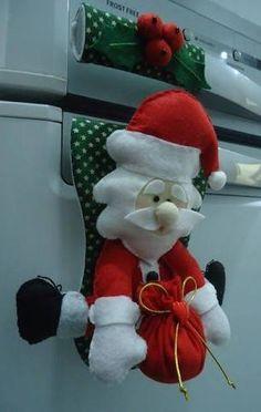 Resultado de imagen para enfeite para porta de geladeira Christmas Mom, Christmas Sewing, All Things Christmas, Handmade Christmas, Christmas Crafts, Christmas Ornaments, Xmas Decorations, Christmas Stockings, Creations