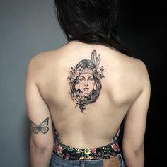 Tatuagem feita por Milton Reis de Goiânia. India com cabelos em blackwork nas costas.