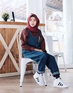 Style Hijab Collection Simple Present and 2018 Hits Plaid Shirt with Monyetan Pants Hijab Fashion Inspiration, Trend Fashion, Look Fashion, Fashion Outfits, Fashion 2020, Casual Hijab Outfit, Hijab Chic, Muslim Fashion, Korean Fashion