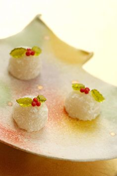 Christmasy fluffy wagashi. The fir tree shaped earthenware is so cool ! クリスマスなふわふわ和菓子。もみの木型の陶器が素敵!