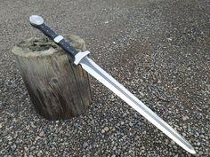 Kukri Machete by RavenStagDesign on DeviantArt Swords And Daggers, Knives And Swords, Kukri Machete, Tactical Swords, Armas Ninja, Medieval Weapons, Steampunk Weapons, Viking Sword, Cool Swords