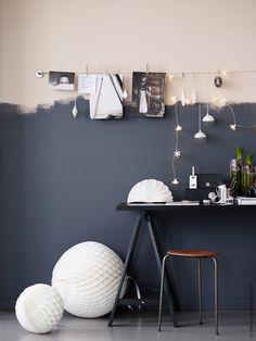 Skapa julstämning med enkla dekorationer, ljusslingor och skira pappersbollar. En inspirationsvägg med favoriter som får hänga kvar långt efter jul.