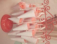 Algodão doce em cones de papel