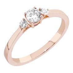Siro, Malmin Korupajan oman malliston, Megan -timanttisormus. Punakultaiseen sormukseen pehmeyttä tuo kevyesti pyöristetty flakkarunko. Sormuksessa on koholle istutettu kaksi säihkyvää, briljanttihiottua Top Wesselton / VS –laatuista timanttia. Timanttien yhteispaino on 0,10ct. Timanttien keskellä on upea, 0,31ct kirkas safiiri. Klassisen kaunis sormus on helppo yhdistää eri mallien viereen. Hinta: 1295 €. Malm, Engagement Rings, Diamond, Vintage, Jewelry, Enagement Rings, Wedding Rings, Jewlery, Jewerly