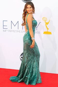 Queen of the curves Sophia Vergara reminds us to add lunges into our daily gym routines ASAP!