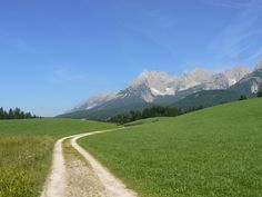 Die Lindenrunde 5 führt durch die sanfte Wiesenlandschaft der Region St. Johann in Tirol - Obernorf - Kirchdorf - Erpfendorf Country Roads, Mountains, Nature, Travel, Interactive Map, Ski Resorts, Pram Sets, Explore, Landscape