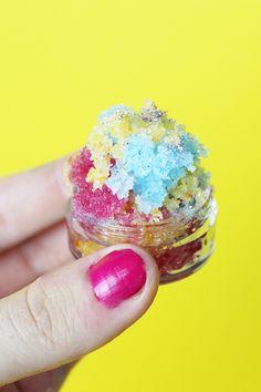 DIY Lippenpeeling selber machen mit Zucker und Kokosöl – So geht's! Dieses DIY Kosmetik Rezept macht deine Lippen schön weich und eignet sich super als kleines Geschenk – probier es aus!