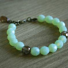 Bracelet mint en perles de bohème à facettes ! Belles perles de République Tchèque couleur mint menthe clair vert pâle et bronze avec des apprêts en bronze et une goutte en verre en finition (autres couleurs dispos) =) #octopop #bijoux #handmade #ajaccio #bracelet