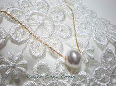 約12mmの大珠の白蝶真珠をチェーンに通した、シンプルながら洗練されたペンダントネックレスです。 白蝶ならではのこの光沢、とっても素敵です!! 白蝶真珠 約1...|ハンドメイド、手作り、手仕事品の通販・販売・購入ならCreema。