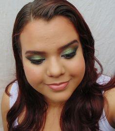 Maquiagem smokey eyes com sombra verde-folha.