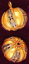 The Preslav Treasure was found in autumn of 1978 at the vineyard in Castana, 3 km to the north - west of the second Bulgarian capital – Veliki Preslav. Byzantine earrings, gold, emeralds, amethysts and pearls, 10th century. @Jess Liu zheng.wikipedia.org