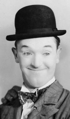 Stan Laurel (Ulverston, Lancashire, Reino Unido, 16 de junio de 1890-Los Ángeles, 23 de febrero de 1965) Laurel fue enterrado el 27 de febrero de 1965 en el cementerio de Forest Lawn Hollywood Hills de Los Ángeles. A su funeral, celebrado en la iglesia de los Hills de Glendale asistieron, entre otros, Buster Keaton, Hal Roach, Joe Rock y Leo McCarey. Dick Van Dyke (amigo y protegido de Stan) recitó su panegírico: Los pasillos del cielo estarán sonando con risas divinas.