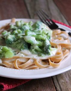 Skinny and Healthy Broccoli Fettuccine Alfredo Easy Healthy Meal Prep, Easy Healthy Recipes, Healthy Eating, Dinner Healthy, Ww Recipes, Healthy Weight, Healthy Food, Dinner Recipes, Lean Cuisine Diet