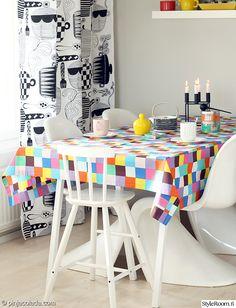 ruokailutila,ruokapöytä,värikäs,tekstiilit,pöytäliina,keittiö,keittiön verhot