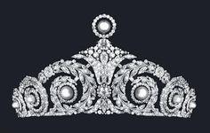 Tiara Cartier - Diseñada por el famoso joyero Cartier para la Reina Victoria Eugenia de España. Inspirada en motivos egipcios, muy de moda en la época, está realizada con perlas y brillantes.