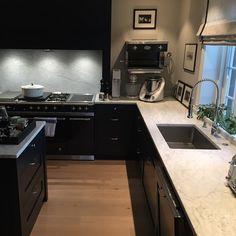 Carrara Marmor passer perfekt til ett klassisk kjøkken | Benkeplate | Carrara Marble | Classic Kitchen | Countertop | Interior Ideas Classic Kitchen, House Goals, Kitchens, Kitchen Cabinets, Home Decor, Natural Stones, Kitchen Cupboards, Homemade Home Decor, Kitchen