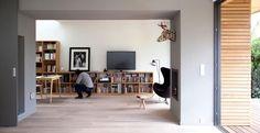 Vivere in una casa ecologica: in Francia una villa progettata da Djuric Tardio con un tetto abitabile, materiali a basso impatto e spazi interni modulari