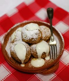Túrógombóc: 500 grams túró (curd cheese) 120 grams semolina 3 eggs 10 tablespoons breadcrumbs 2 tablespoons oil Powdered sugar Sour cream. Crumble the curd cheese in a bowl, add semolina, egg yolks, a bit of salt and combine. Beat egg whites until stiff and carefully fold into mixture. Make balls with wet hands and put them in slightly salty, boiling water. They are cooked when they rise to the surface. Roast breadcrumbs in oil and roll balls in it. Serve with sour cream and powdered sugar. Hungarian Desserts, Hungarian Cuisine, Hungarian Food, Hungarian Recipes, Cream And Sugar, Sour Cream, Austrian Recipes, Egg Yolks, Hungary