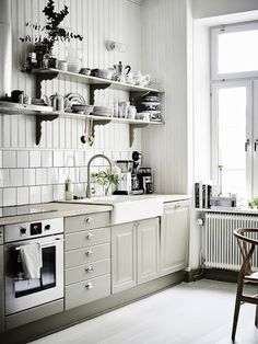A lovely mix of modern and vintage in a Swedish home Scandinavian Home, Kitchen Design Scandinavian, Interior Design Kitchen, Swedish Interior Design, Swedish Kitchen, Kitchen Designs, Interior Styling, Olive Kitchen, Kitchen Grey