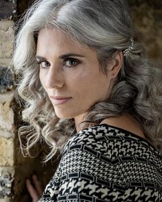 Gray hair - fifty and faboulos - Cheveux Grey Hair Don't Care, Long Gray Hair, Silver Grey Hair, White Hair, Grey Hair Styles For Women, Silver Haired Beauties, Grey Hair Inspiration, Curly Hair Styles, Natural Hair Styles