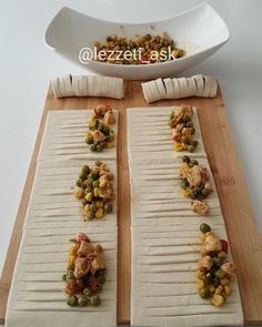"6,720 Beğenme, 75 Yorum - Instagram'da lezzet-i_ask (@lezzeti_ask): ""Hayırlı akşamlar 💕 Pratik çıtır çıtır tavuklu börek yaptım.Hem kolay hem çok lezzetli sıcak sıcak…"" Turkey Dishes, Dinner Invitations, Turkish Recipes, Canapes, Cake Recipes, Brunch, Food And Drink, Appetizers, Baking"