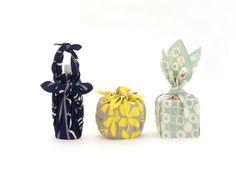 さまざまな結び方、包み方でがらりと表情を変える風呂敷は、日々の暮らしにおしゃれなニュアンスを与えてくれる、古くて新しいアイテムです。 Japanese House, Japanese Style, Japanese Wrapping, Furoshiki Wrapping, Handicraft, Wraps, Packaging, Textiles, Cool Stuff