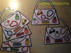 Juf Janna  De kinderen krijgen allemaal een handtasje (legkaart). Elk om beurt rollen ze met de kleurendobbelsteen en de voorwerpendobbelsteen. Het kind kijkt welke kleur het gerold heeft en welk voorwerp. Nadien controleert het of dit voorwerp in die kleur in zijn handtasje zit.