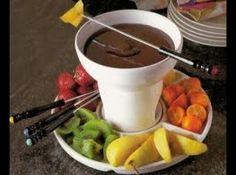 Receita de Fondue de Chocolate - 300g de chocolate ao leite, 100g de chocolate meio amargo, 1 xic de chá de creme de leite fresco, 3 colheres (sopa) de lico...