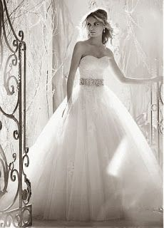 Lovely wedding dress!  Click trough to see the new 2013 autumn/winter trends in wedding dresses!